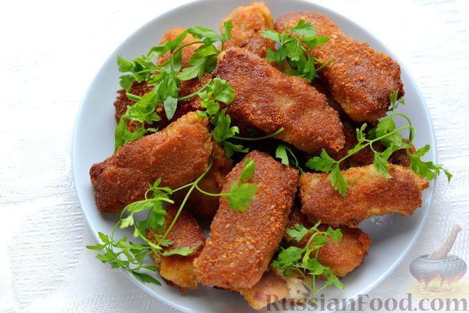 Фото приготовления рецепта: Рыбные палочки в панировочных сухарях и льезоне с соевым соусом - шаг №7