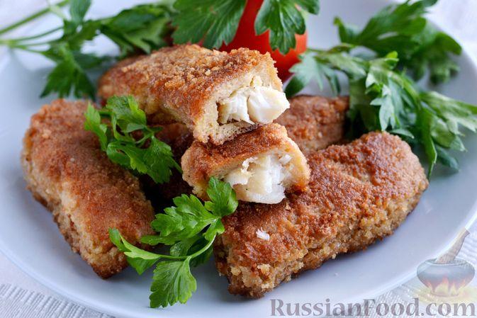 Фото приготовления рецепта: Рыбные палочки в панировочных сухарях и льезоне с соевым соусом - шаг №8