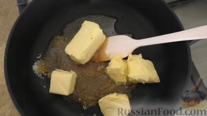 Фото приготовления рецепта: Дрожжевой пирог-перевёртыш с яблоками в карамели - шаг №5
