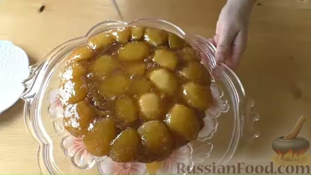 Фото приготовления рецепта: Дрожжевой пирог-перевёртыш с яблоками в карамели - шаг №16