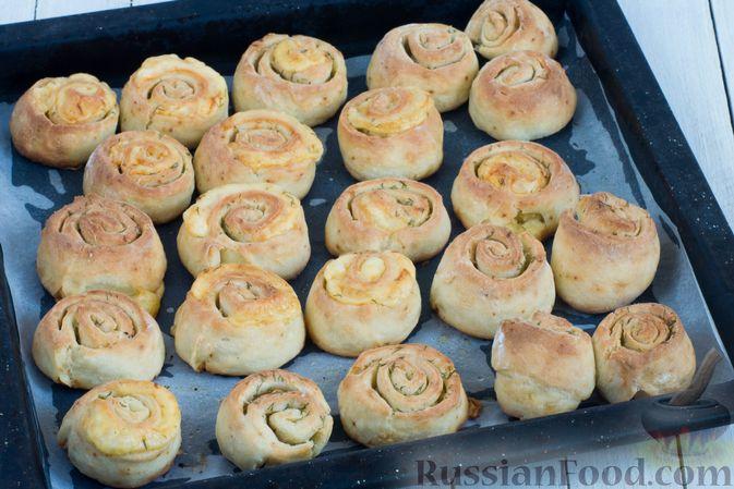 Фото приготовления рецепта: Творожные булочки с чесноком и сыром - шаг №11