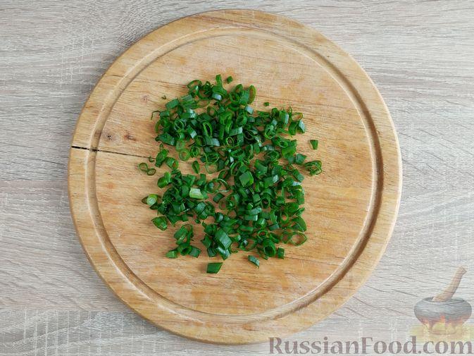 Фото приготовления рецепта: Салат из шпината с ветчиной, огурцами и яйцами - шаг №6