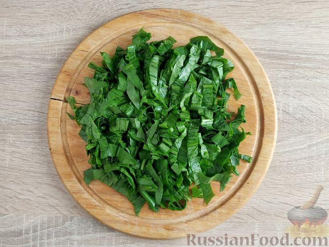 Фото приготовления рецепта: Салат из шпината с ветчиной, огурцами и яйцами - шаг №5