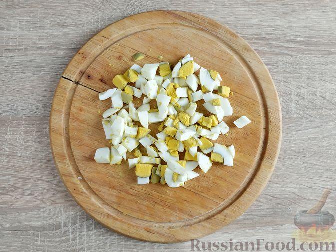 Фото приготовления рецепта: Салат из шпината с ветчиной, огурцами и яйцами - шаг №2