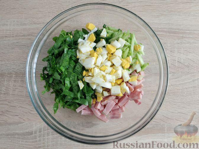 Фото приготовления рецепта: Салат из шпината с ветчиной, огурцами и яйцами - шаг №7