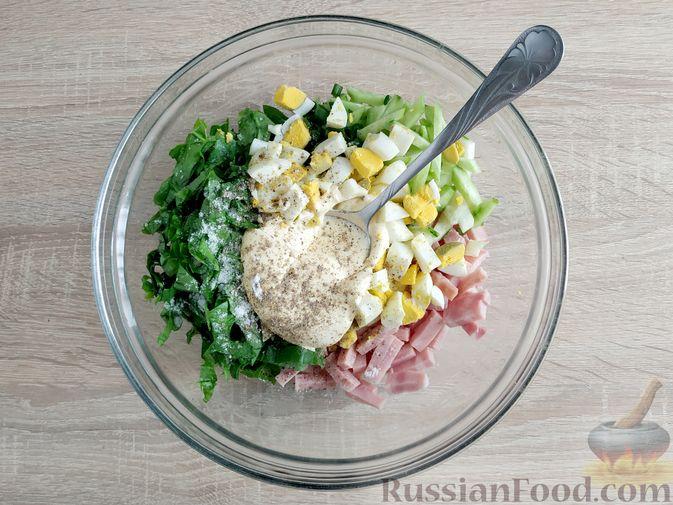 Фото приготовления рецепта: Салат из шпината с ветчиной, огурцами и яйцами - шаг №8