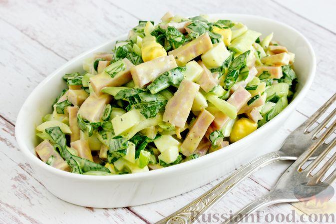 Фото приготовления рецепта: Салат из шпината с ветчиной, огурцами и яйцами - шаг №10