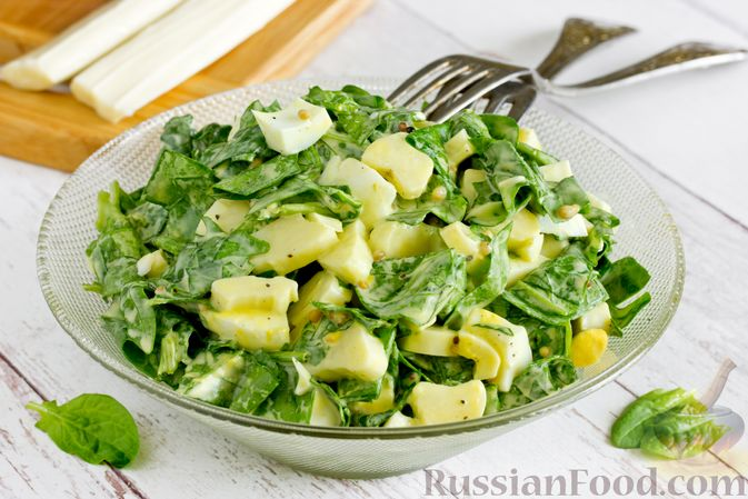 Фото к рецепту: Салат из шпината с яйцами и сыром сулугуни