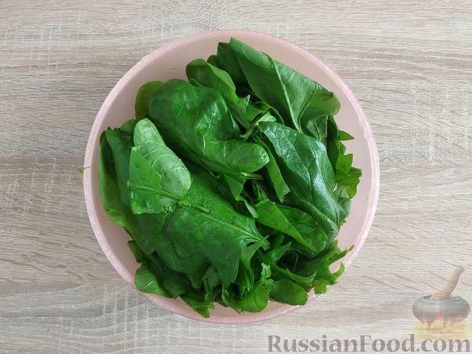 Фото приготовления рецепта: Салат из шпината с яйцами и сыром сулугуни - шаг №3
