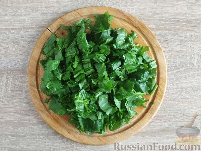 Фото приготовления рецепта: Салат из шпината с яйцами и сыром сулугуни - шаг №4