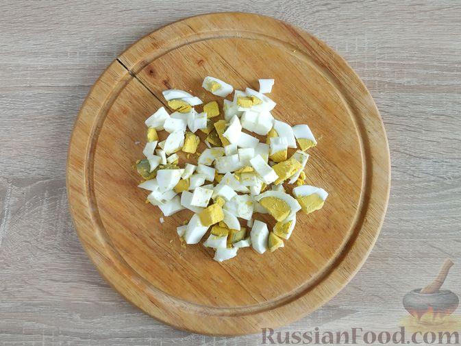 Фото приготовления рецепта: Салат из шпината с яйцами и сыром сулугуни - шаг №2