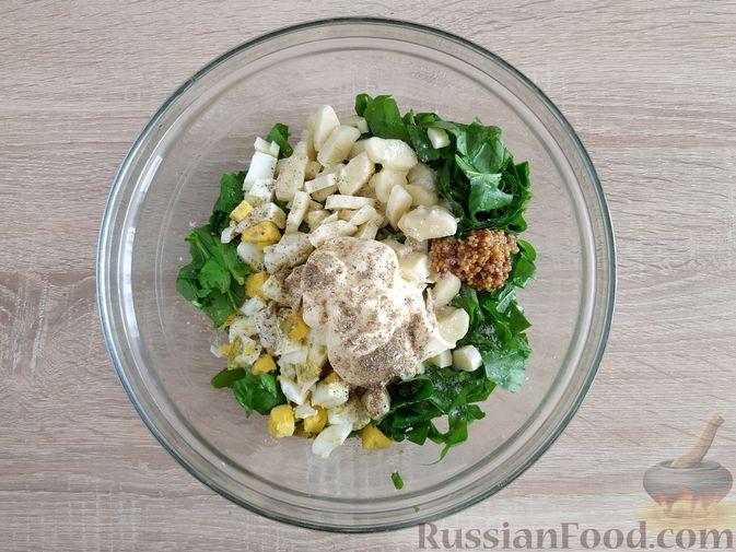 Фото приготовления рецепта: Салат из шпината с яйцами и сыром сулугуни - шаг №7