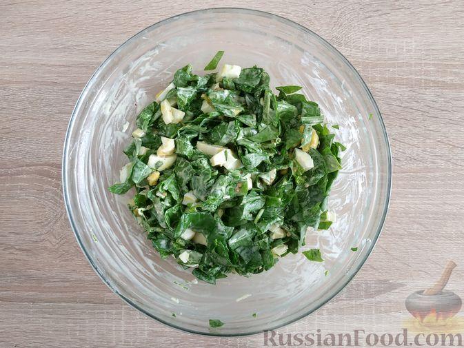 Фото приготовления рецепта: Салат из шпината с яйцами и сыром сулугуни - шаг №8