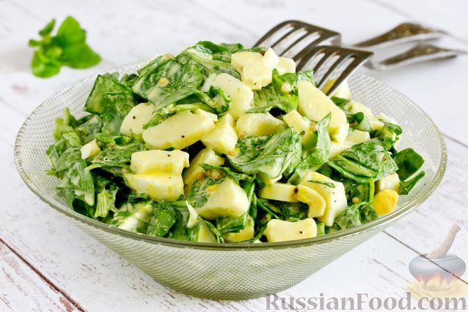 Фото приготовления рецепта: Салат из шпината с яйцами и сыром сулугуни - шаг №9