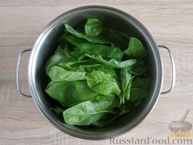 Фото приготовления рецепта: Жареный шпинат с сулугуни - шаг №2