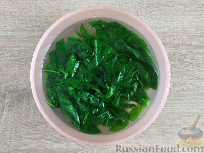Фото приготовления рецепта: Жареный шпинат с сулугуни - шаг №4