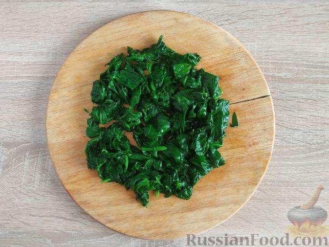 Фото приготовления рецепта: Жареный шпинат с сулугуни - шаг №5