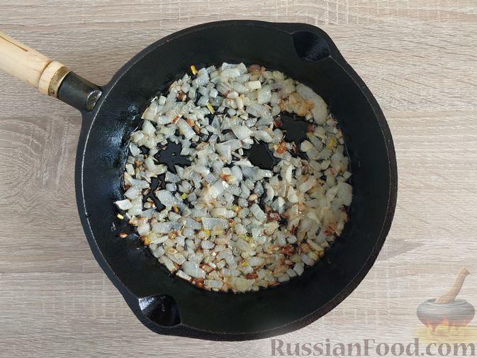 Фото приготовления рецепта: Жареный шпинат с сулугуни - шаг №7
