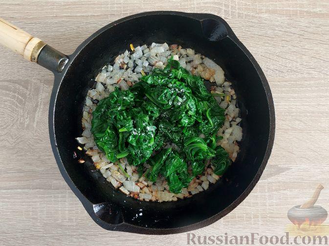 Фото приготовления рецепта: Жареный шпинат с сулугуни - шаг №8