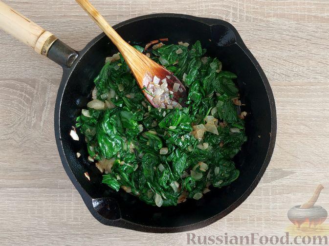 Фото приготовления рецепта: Жареный шпинат с сулугуни - шаг №9
