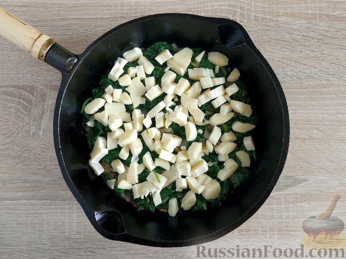 Фото приготовления рецепта: Жареный шпинат с сулугуни - шаг №11