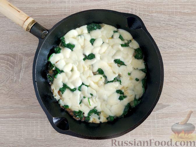 Фото приготовления рецепта: Жареный шпинат с сулугуни - шаг №12