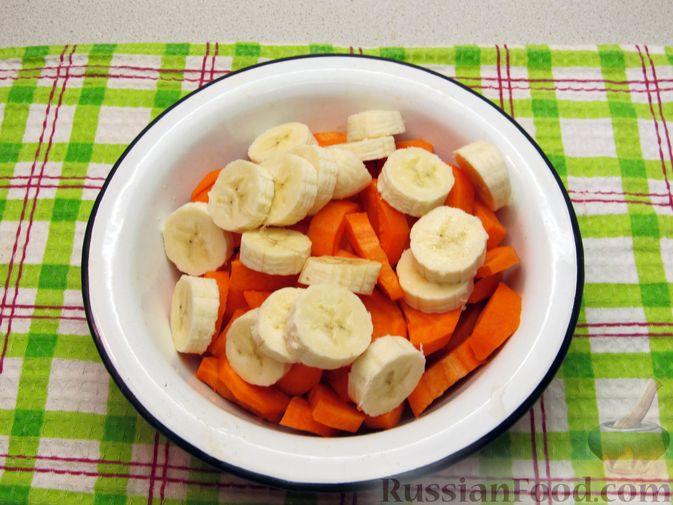 Фото приготовления рецепта: Морковно-банановый смузи с кефиром и яблочным соком - шаг №2