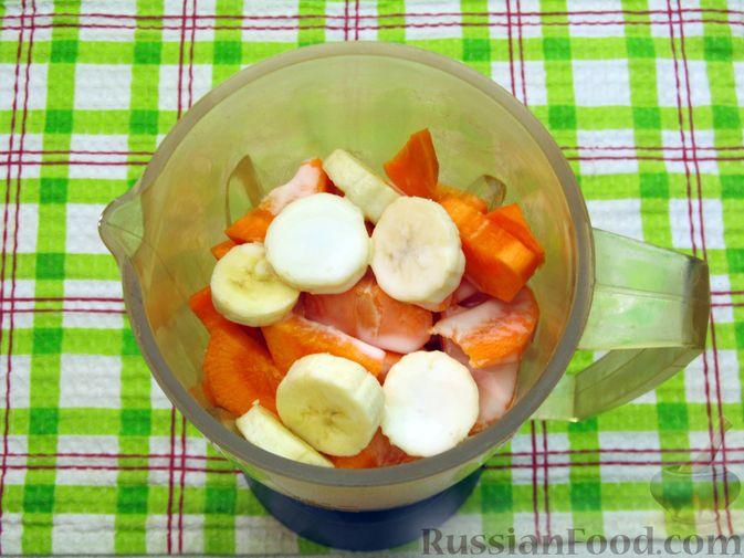 Фото приготовления рецепта: Морковно-банановый смузи с кефиром и яблочным соком - шаг №3