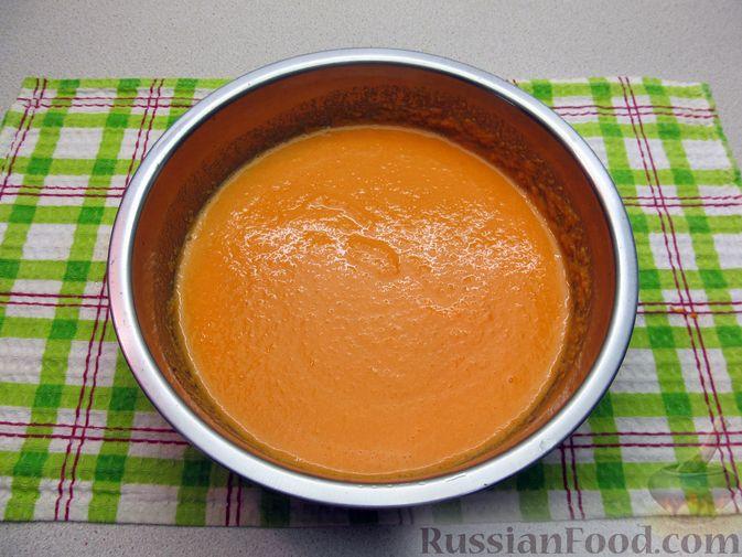 Фото приготовления рецепта: Морковно-банановый смузи с кефиром и яблочным соком - шаг №5