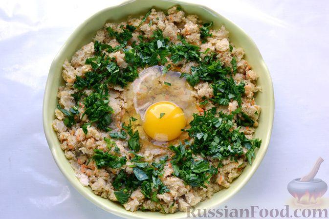 Фото приготовления рецепта: Рыбные котлеты с луком, морковью и петрушкой - шаг №13