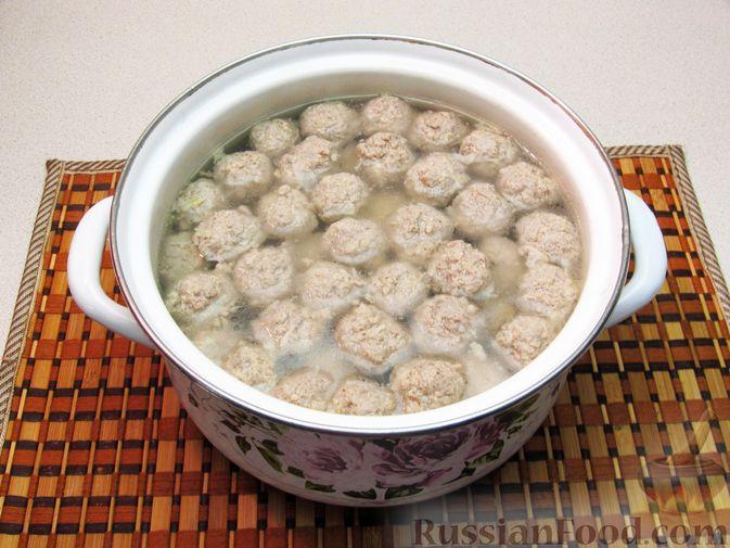 Фото приготовления рецепта: Суп с рисом и фрикадельками - шаг №13