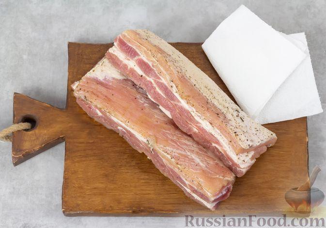 Фото приготовления рецепта: Свиная грудинка, запечённая в фольге, в медовой глазури - шаг №4