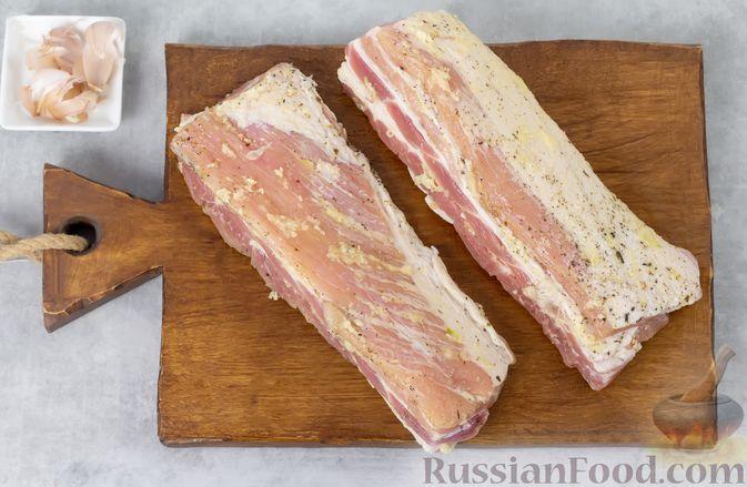 Фото приготовления рецепта: Свиная грудинка, запечённая в фольге, в медовой глазури - шаг №5