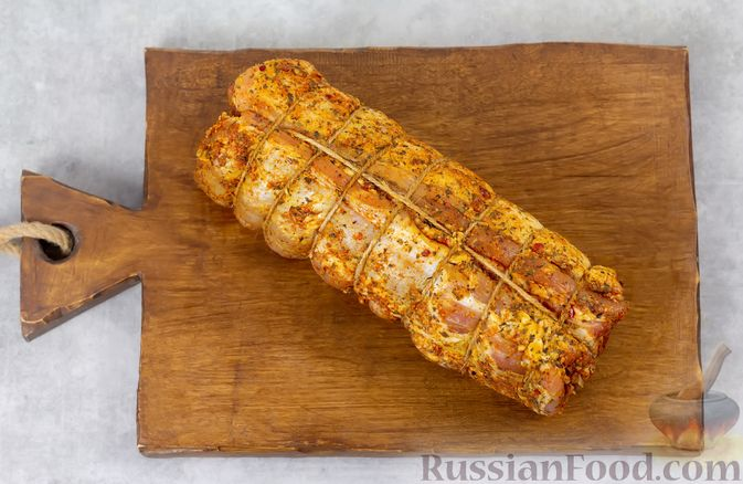 Фото приготовления рецепта: Свиная грудинка, запечённая в фольге, в медовой глазури - шаг №7