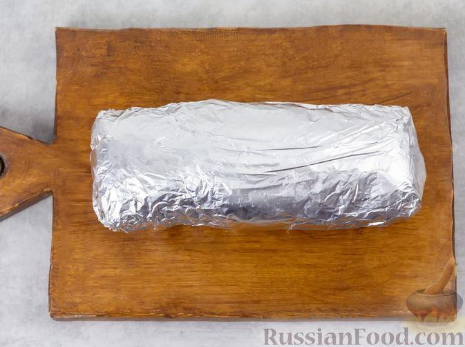 Фото приготовления рецепта: Свиная грудинка, запечённая в фольге, в медовой глазури - шаг №8
