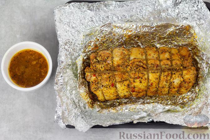 Фото приготовления рецепта: Свиная грудинка, запечённая в фольге, в медовой глазури - шаг №9