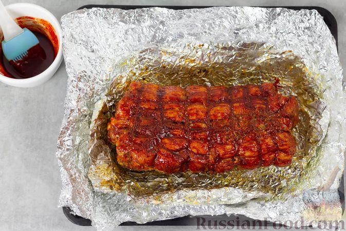 Фото приготовления рецепта: Свиная грудинка, запечённая в фольге, в медовой глазури - шаг №11