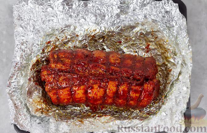 Фото приготовления рецепта: Свиная грудинка, запечённая в фольге, в медовой глазури - шаг №12