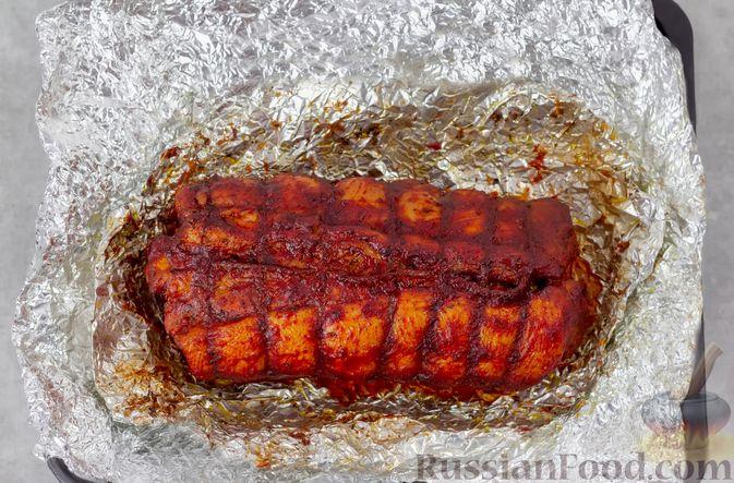 Фото приготовления рецепта: Свиная грудинка, запечённая в фольге, в медовой глазури - шаг №13