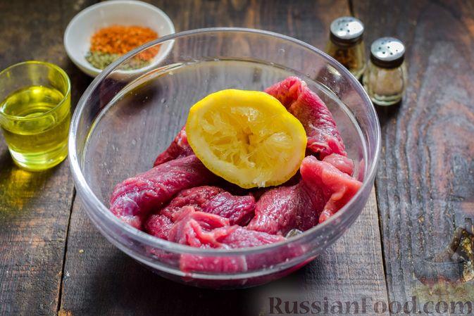 Фото приготовления рецепта: Рулетики из говядины, с оливками и сладким перцем, запечённые в томатном соусе - шаг №3