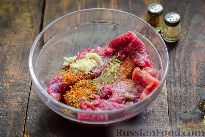 Фото приготовления рецепта: Рулетики из говядины, с оливками и сладким перцем, запечённые в томатном соусе - шаг №5