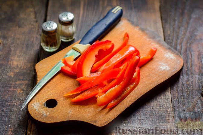 Фото приготовления рецепта: Рулетики из говядины, с оливками и сладким перцем, запечённые в томатном соусе - шаг №7