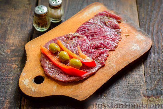 Фото приготовления рецепта: Рулетики из говядины, с оливками и сладким перцем, запечённые в томатном соусе - шаг №8