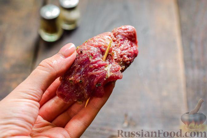 Фото приготовления рецепта: Рулетики из говядины, с оливками и сладким перцем, запечённые в томатном соусе - шаг №9