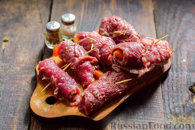 Фото приготовления рецепта: Рулетики из говядины, с оливками и сладким перцем, запечённые в томатном соусе - шаг №10