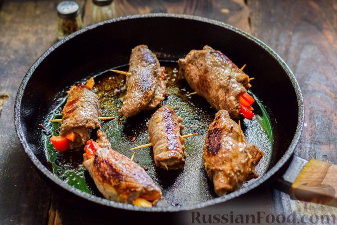 Фото приготовления рецепта: Рулетики из говядины, с оливками и сладким перцем, запечённые в томатном соусе - шаг №11
