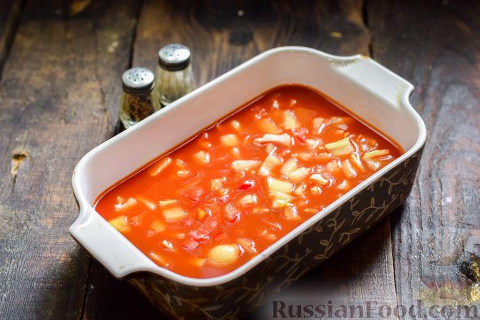 Фото приготовления рецепта: Рулетики из говядины, с оливками и сладким перцем, запечённые в томатном соусе - шаг №13