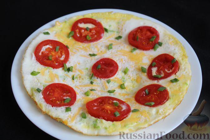 Фото приготовления рецепта: Двухслойный омлет с кабачками, помидорами и сыром - шаг №14