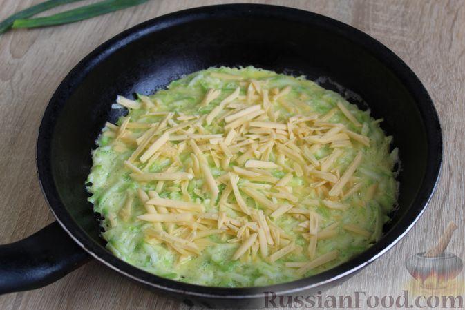 Фото приготовления рецепта: Двухслойный омлет с кабачками, помидорами и сыром - шаг №10