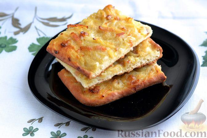 Фото к рецепту: Открытый дрожжевой пирог с луком и беконом